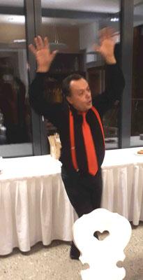 Franco tanzt mit großer Hingabe