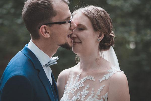 Emotionaler Moment im Fotoshooting vor dem Bamberger Haus in München Hochzeit