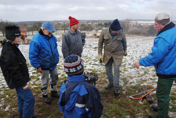 Während der Mittagspause erklärt uns Biotop-Leiter Karl Haldenwang Verschiedenes