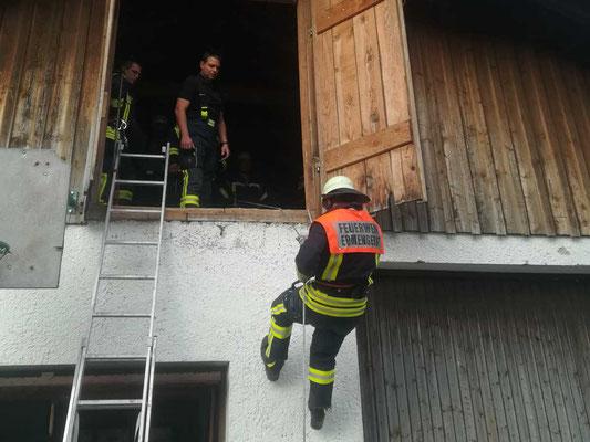 Übung der Feuerwehr Ermengerst - Abseilen u. Anleitern