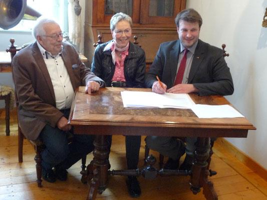 Unterzeichnung des Schenkungsvertrages durch das Ehepaar Sommer und Bürgermeister Helge Zychlinski im Kavalierhaus am 19. April 2016