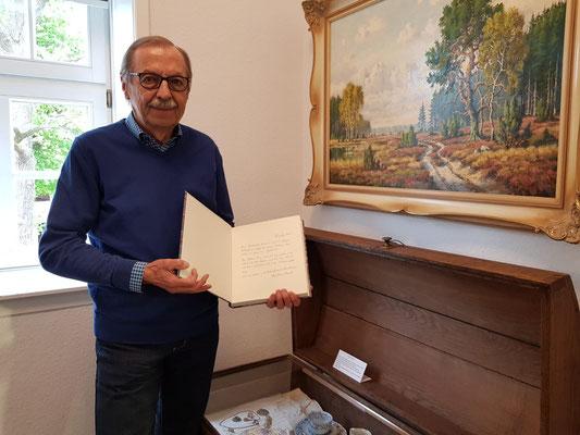 Karl-Hans Konert bei Übergabe des neuen Gästebuches