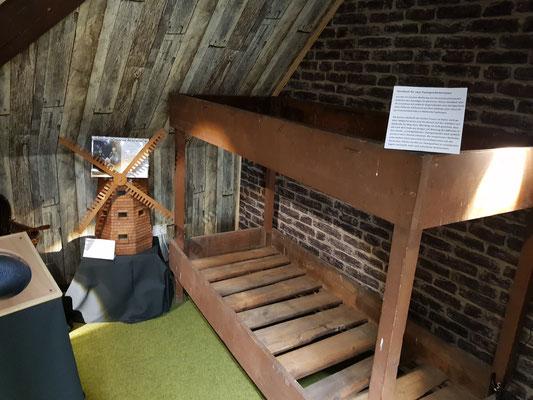 """Eines der Stockbetten kann im Richard-Brandt-Heimatmuseum Wedemark im Bereich """"Zeugnisse aus dunkler Zeit"""" besichtigt werden."""