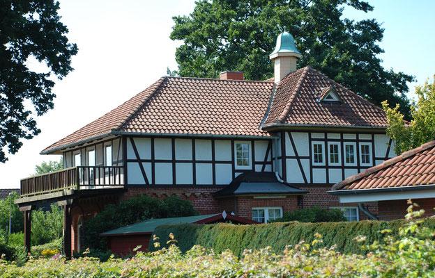 """Ehemaliges Wohnhaus """"Urfried"""" von Braasch in Bissendorf. Quelle Wikipedia, Foto von ukko.de, CC BY 3.0"""