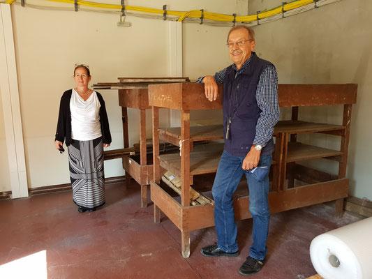 Frau Dr. Glauning (Leiterin des Dokumentationszentrums) und Herr Konert (Museumsteam Richard-Brandt-Heimatmuseum) mit den Wedemarker Exponaten