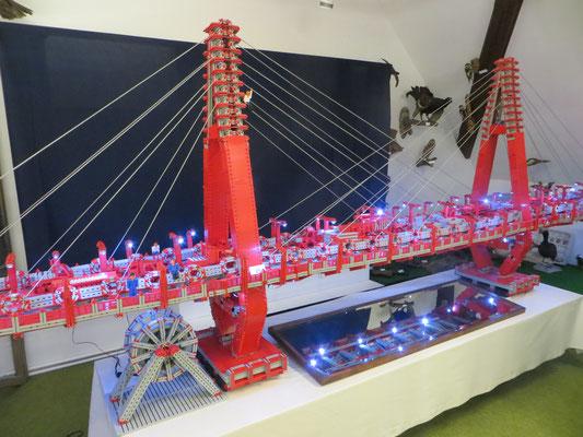"""Eine über 2 m lange Brücke aus Fischertechnikteilen (Ausstellung """"Modellbau mit Fischertechnik"""")"""