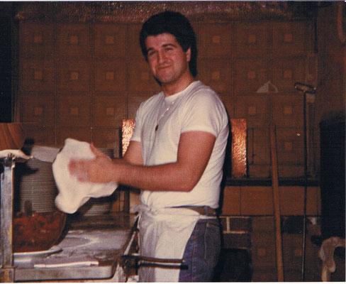 Francesco e la sua pizza al Pan Pan. Anni '80.