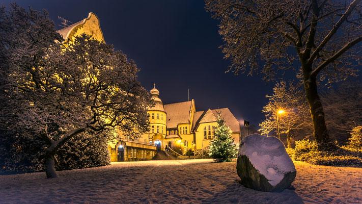 Januar 2019 - Wintereinbruch im Januar. Und am Krayer Rathaus ist es irgendwie noch sehr weihnachtlich...