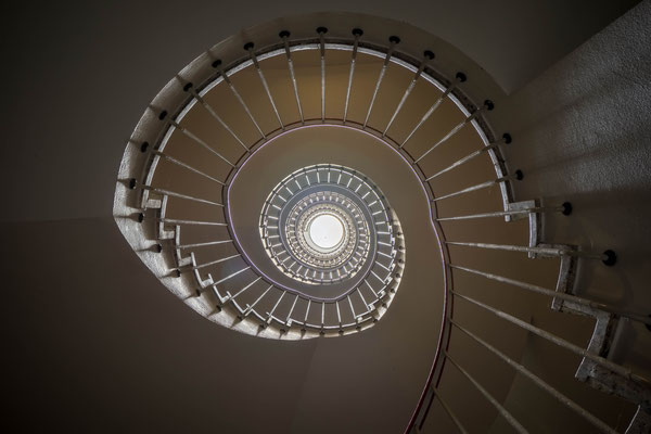 März 2019 - Meine Liebe zu Treppenhäusern wächst. Mein erstes rundes Treppenhaus!