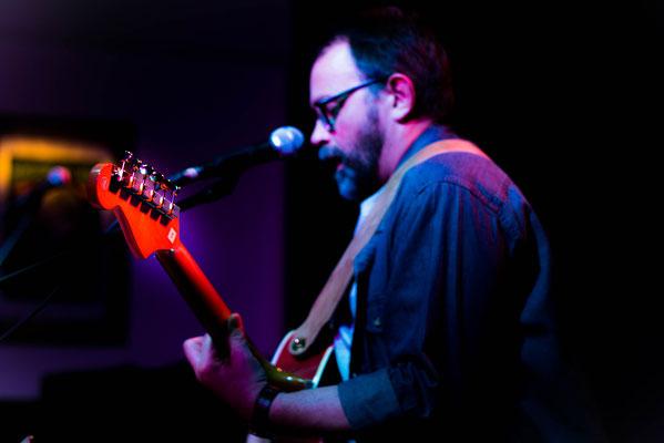 """Januar 2017 - """"Saitenreißen"""" im Café Nova, meine ersten Konzertfotos. Dieses gefällt mir besonders gut, da ich den Fokuspunkt auf den Gitarrenkopf gesetzt habe und somit mit der Schärfentiefe gespielt habe."""