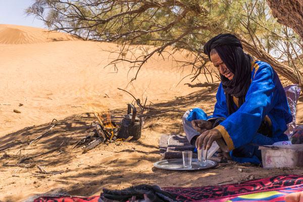 Préparation du thé aux dunes de l'erg Chegaga