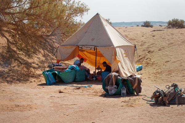 Préparation du repas sous la tente nomade