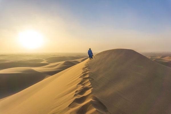 Ascension des dunes de l'erg Chegaga dans le sud marocain