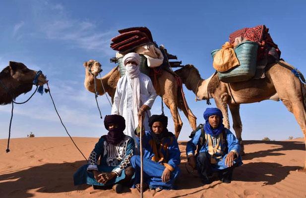 Photo guides et chameliers dans le désert, trek sportif