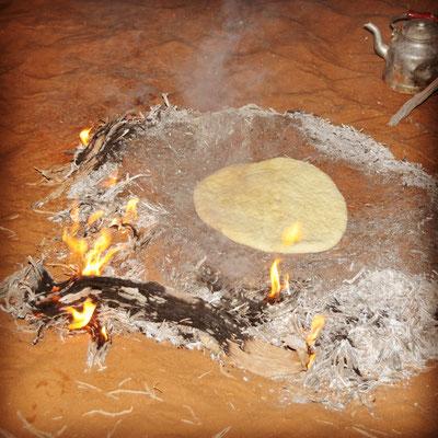 Cuisson du pain de sable nomade
