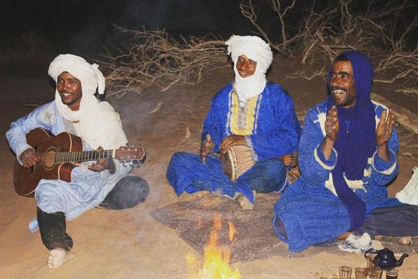 Chant nomade, soirée autour du feu dans le désert
