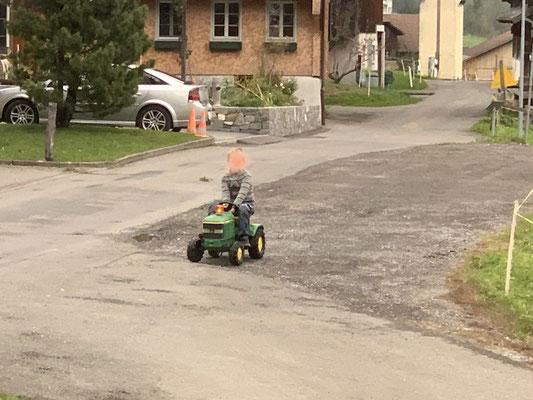 Der kleine Mann hat ein Blinklicht auf deinem Traktor 👍