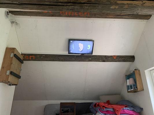 Mit kleinem TV an der Decke