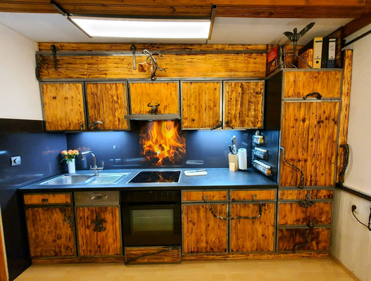Küche aus Holz und Schmiedeeisen