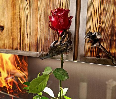 Geschmiedete Rose und Hand als Küchentürgriff