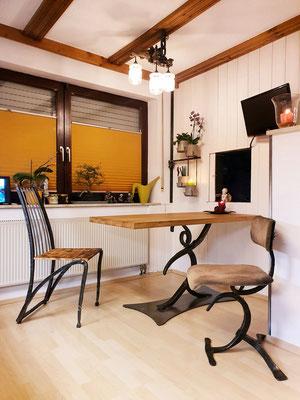 geschmiedeter Tisch und Stühle