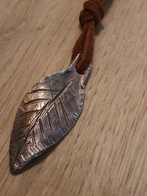 geschmiedetes Bronze-Blatt als Schmuckanhänger
