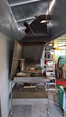 Aufbau des Rauchfangs in der Telchinen-Schmiede