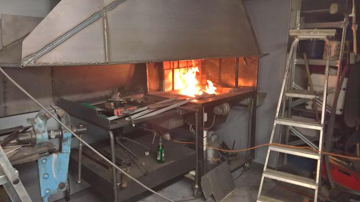 Das erste Feuer in der Esse zur Temperaturverlaufsmessung