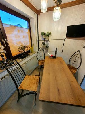 Esstisch mit geschmiedeten Stühlen