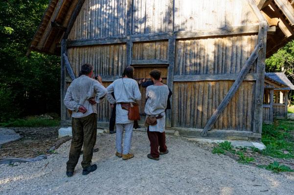 Campus Galli / Diskussion an der Kirchentür über die Form der Türbänder