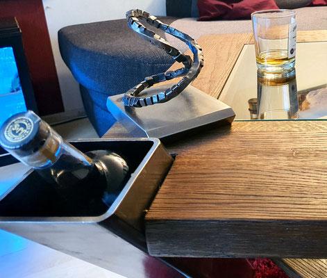 geschmiedeter Wohnzimmertisch mit Getränke-Geheimfach von der Telchinen-Schmiede