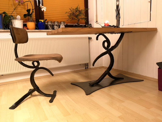 geschmiedeter Küchentisch und Küchenstuhl