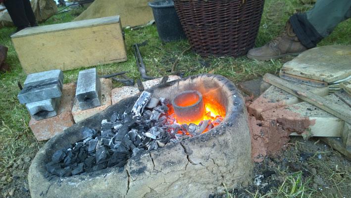 Bronze schmelzen in der Schmiedeesse / wie vor 4000 Jahren