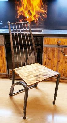 geschmiedeter Stuhl aus Eisen und Holz