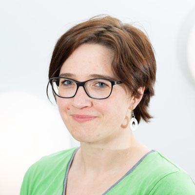 Susanne Schönfeld: Nach 15 Jahren im Hotelgewerbe bin ich seit 2016 in der Praxis tätig und organisiere die Rezeption, sowie den täglichen Praxisablauf.
