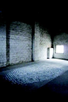 """""""Via""""/ Ausschnitt einer Installation über 3 Stockwerke/ Kreide auf Beton © Elisa Treml"""