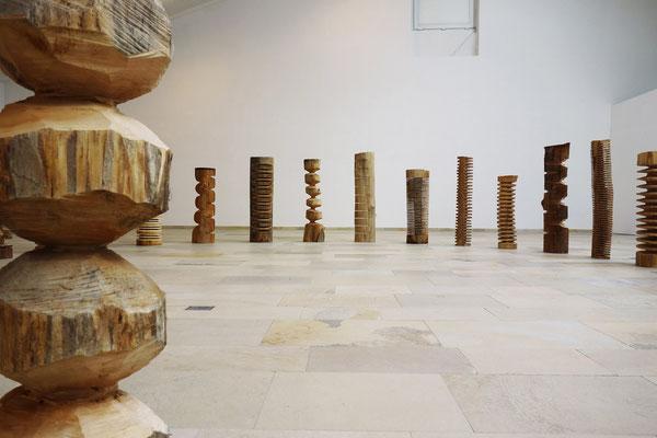 """""""Spine""""/ bis zu 110 cm/ Lindenholz/ Ausstellungsansicht Kammerhofgalerie Gmunden © Elisa Treml"""