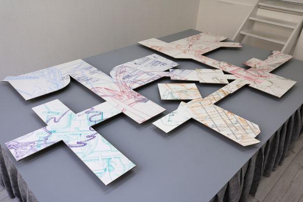 Aus dem Häuschen . 2019 . Farbstift auf Papier auf Wellpappe . 200 x 310 x 5 cm