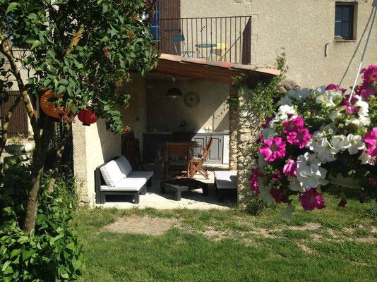 Terrasse ombragée avec cuisine d'été