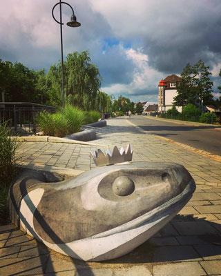 die Dammstrasse in Lübbenau/Spreewald mit Schlangenkönig (sorbische Sagengestalt)