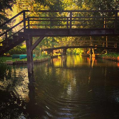 Holzbrücken verbinden die Spreewaldfließe