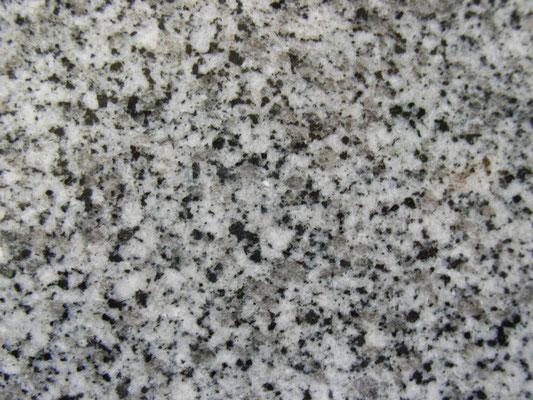 福島県 滝根石 国産墓石の中でも石の中の鉄分が少ない為錆がでにくい 吸水率:低い 硬度:高い
