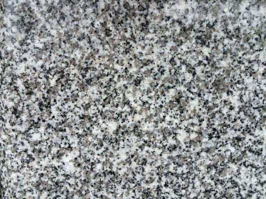 愛媛県 大島石特級石 大島の北部にて採掘される 西日本の国産石材と言えばこの石と言われるほどに、絶大な人気のある石種 一等石より石目が濃く、一基分の墓石の石目をそろえる為に少し時間が必要 青みかかった綺麗な石です 吸水率:低い 硬度:高い