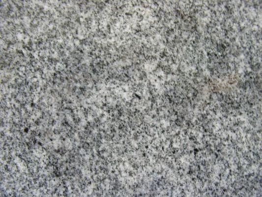 香川県 庵治石細目 日本の銘石最高級石材 他に類を見ない斑(ふ)と呼ばれる模様がちりばめており他を圧倒するほどの存在感 一目見た瞬間、魔法を懸けられたと思うほど 「絶対にこの石でお墓を建てたい」と思うほど美しい石 庵治石の種類も多数あり、極細目で斑が全体に散りばめている色目の薄い最高級の石は大きな墓石には向きません、希少価値が高く大きな石を切り出しても墓石材として使える部分が少ない為 吸水率:低い 硬度:高い