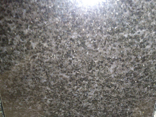 インドタミナドゥ州 クンナム 黒御影の最高級御影 写真よりもっと黒い 黒の中に少しブラウンが混ざっている 吸水率:非常に低い 硬度:非常に高い 黒御影の墓石材一押し石種
