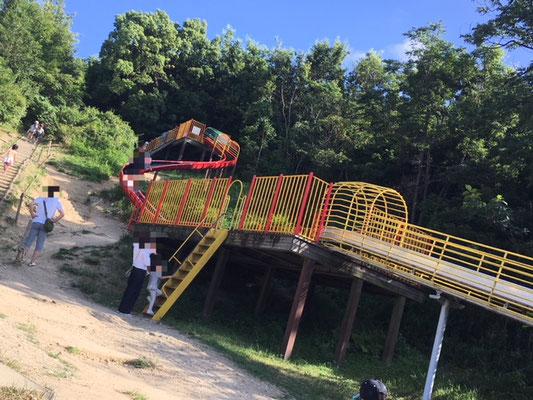 大高緑地_ロングスライダー_004 階段は幼児は危ない