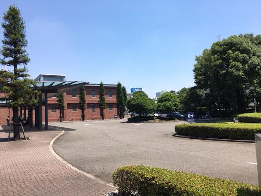 トヨタ産業技術記念館_正面入り口駐車場_002