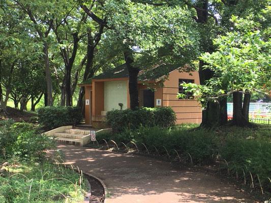 朝宮公園_芝生広場横のトイレ