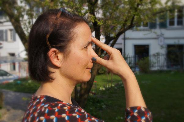 Nasenloch mit Daumen verschliessen