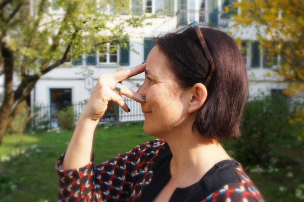 Nasenloch mit Ringfinger verschliessen